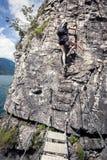 Γυναίκα στη σκάλα στο ferrata βουνών Στοκ φωτογραφία με δικαίωμα ελεύθερης χρήσης