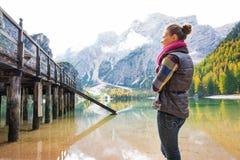 Γυναίκα στη στάση Bries λιμνών που εξετάζει την ξύλινη αποβάθρα στοκ εικόνες