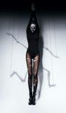 Γυναίκα στη σύνθεση κρανίων και τη σκιά σκελετών Στοκ φωτογραφία με δικαίωμα ελεύθερης χρήσης