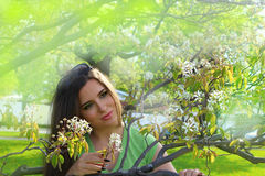 Γυναίκα στη φύση στοκ φωτογραφία με δικαίωμα ελεύθερης χρήσης