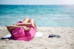 Γυναίκα στη χαλάρωση καπέλων στην παραλία Στοκ φωτογραφία με δικαίωμα ελεύθερης χρήσης