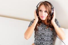 Γυναίκα στη χαλάρωση μουσικής ακούσματος ακουστικών mp3 Στοκ Φωτογραφίες