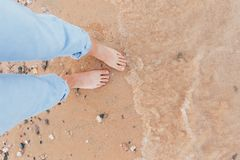 Γυναίκα στη χαλάρωση στην τροπική παραλία με την άμμο στοκ φωτογραφία