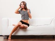 Γυναίκα στη χαλάρωση μουσικής ακούσματος ακουστικών mp3 Στοκ φωτογραφίες με δικαίωμα ελεύθερης χρήσης