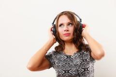Γυναίκα στη χαλάρωση μουσικής ακούσματος ακουστικών mp3 Στοκ εικόνα με δικαίωμα ελεύθερης χρήσης