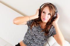 Γυναίκα στη χαλάρωση μουσικής ακούσματος ακουστικών mp3 Στοκ φωτογραφία με δικαίωμα ελεύθερης χρήσης