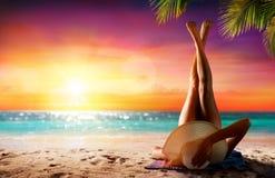 Γυναίκα στη χαλάρωση στην τροπική παραλία στοκ εικόνες με δικαίωμα ελεύθερης χρήσης