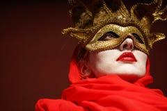Γυναίκα στη χρυσή μάσκα κομμάτων Στοκ φωτογραφία με δικαίωμα ελεύθερης χρήσης