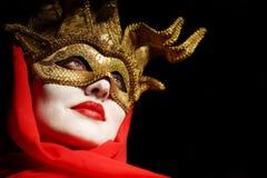 Γυναίκα στη χρυσή μάσκα κομμάτων Στοκ εικόνα με δικαίωμα ελεύθερης χρήσης