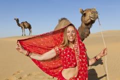 Γυναίκα στη Sari στην έρημο με τις καμήλες. στοκ φωτογραφία με δικαίωμα ελεύθερης χρήσης