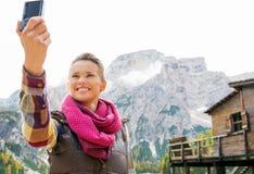 Γυναίκα στις ακτές της λίμνης Bries που παίρνουν ένα selfie στοκ εικόνα