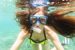 Γυναίκα στις θερινές διακοπές που κολυμπούν με αναπνευτήρα στον ωκεανό Στοκ Εικόνες