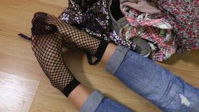 Γυναίκα στις μαύρες κάλτσες διχτυών ψαρέματος απόθεμα βίντεο