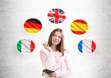 Γυναίκα στις σημαίες ροζ και χωρών Στοκ εικόνα με δικαίωμα ελεύθερης χρήσης