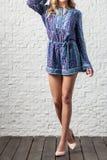 Γυναίκα στις φωτεινές μπλε φόρμες Στοκ Εικόνες