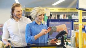 Γυναίκα στον έλεγχο υπεραγορών, πληρώνει χρησιμοποιώντας μια πιστωτική κάρτα απόθεμα βίντεο