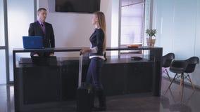 Γυναίκα στον έλεγχο ταξιδιών μέσα απόθεμα βίντεο