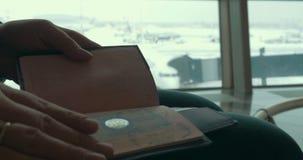 Γυναίκα στον αερολιμένα που ελέγχει την ταυτότητα φιλμ μικρού μήκους