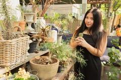 Γυναίκα στον κήπο κάκτων με το ευτυχές πρόσωπο Στοκ εικόνα με δικαίωμα ελεύθερης χρήσης