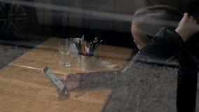 Γυναίκα στον καθιερώνοντες τη μόδα καφέ κατανάλωσης καφέδων και το τηλέφωνο χρήσης Νέο όμορφο καυκάσιο πρότυπο Αντανακλάσεις από  φιλμ μικρού μήκους