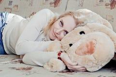 Γυναίκα στον καναπέ Στοκ φωτογραφίες με δικαίωμα ελεύθερης χρήσης