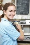 Γυναίκα στον καφέ που κατασκευάζει το φλιτζάνι του καφέ Στοκ εικόνα με δικαίωμα ελεύθερης χρήσης