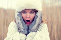 Γυναίκα στον κλονισμό που φορά το καπέλο και τα γάντια Στοκ Εικόνες