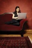 Γυναίκα στον κόκκινο καναπέ serie Στοκ Εικόνες