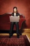 Γυναίκα στον κόκκινο καναπέ serie Στοκ Φωτογραφία