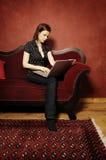Γυναίκα στον κόκκινο καναπέ serie Στοκ φωτογραφίες με δικαίωμα ελεύθερης χρήσης