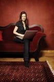 Γυναίκα στον κόκκινο καναπέ serie Στοκ φωτογραφία με δικαίωμα ελεύθερης χρήσης