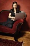 Γυναίκα στον κόκκινο καναπέ serie Στοκ Εικόνα