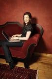 Γυναίκα στον κόκκινο καναπέ serie Στοκ εικόνα με δικαίωμα ελεύθερης χρήσης