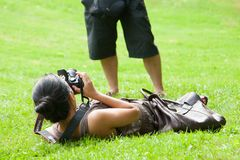 Γυναίκα στον κόσμο φωτογραφίας Στοκ φωτογραφίες με δικαίωμα ελεύθερης χρήσης