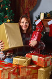 Γυναίκα στον τάπητα στο δωμάτιο με την εστία και το Δεκέμβριο Χριστουγέννων Στοκ Εικόνες