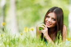 Γυναίκα στον τομέα λουλουδιών Στοκ εικόνα με δικαίωμα ελεύθερης χρήσης