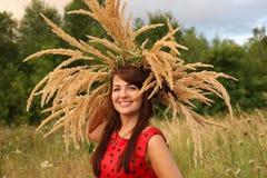 Γυναίκα στον τομέα με ένα στεφάνι των αυτιών στοκ εικόνα με δικαίωμα ελεύθερης χρήσης