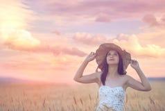 Γυναίκα στον τομέα σίτου που απολαμβάνει, έννοια ελευθερίας στοκ εικόνες