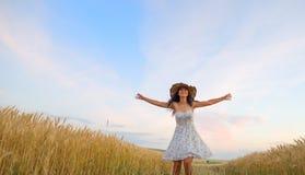 Γυναίκα στον τομέα σίτου που απολαμβάνει, έννοια ελευθερίας στοκ φωτογραφίες με δικαίωμα ελεύθερης χρήσης