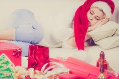 Γυναίκα στον ύπνο καπέλων Santa στον καναπέ Στοκ Εικόνα