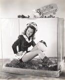 Γυναίκα στους φέρνοντας χαιρετισμούς yuletide κιβωτίων γυαλιού στοκ εικόνες με δικαίωμα ελεύθερης χρήσης