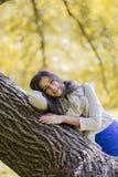 Γυναίκα στο δάσος φθινοπώρου Στοκ εικόνα με δικαίωμα ελεύθερης χρήσης