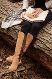 Γυναίκα στο δάσος φθινοπώρου στοκ εικόνα