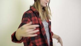 Γυναίκα στο άσπρους υπόβαθρο και το χορό απόθεμα βίντεο