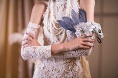 γυναίκα στο άσπρο εκλεκτής ποιότητας φόρεμα ύφους θηλυκή λαβή καρναβάλι μΑ χεριών Στοκ Εικόνα