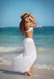 Γυναίκα στο άσπρο μαγιό στην παραλία στοκ εικόνα με δικαίωμα ελεύθερης χρήσης