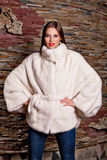 Γυναίκα στο άσπρο παλτό γουνών πολυτέλειας Στοκ εικόνες με δικαίωμα ελεύθερης χρήσης