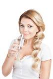 Γυναίκα στο άσπρο τ-κοντό ποτήρι εκμετάλλευσης του ύδατος Στοκ φωτογραφία με δικαίωμα ελεύθερης χρήσης