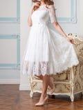 Γυναίκα στο άσπρο φόρεμα δαντελλών Στοκ Εικόνα