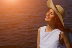 Γυναίκα στο άσπρο φόρεμα και καπέλο στην ακτή ποταμών Στοκ φωτογραφίες με δικαίωμα ελεύθερης χρήσης